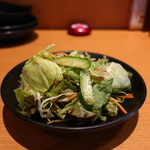 個室×地鶏串屋 園の子 - レタス、サニーレタス、千キャベツ、キュウリ、ニンジンのサラダ
