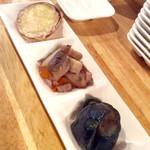 """國 KOKU - 「ワンコインセット」(500円)の""""おまかせ1プレート""""。(奥から)さつまいもの天ぷら、野菜の煮物、なすの煮浸し。"""