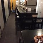 泥味亭 - テーブル席からカウンター