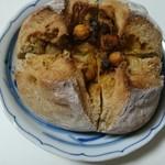 72674608 - お豆が乗っててカレーっぽい香りのパン