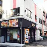 平井製菓株式会社 - お店の外観。やはりパン屋さんではなく、お菓子屋さんな雰囲気。「あんパン」ののぼりが目印。