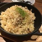 大衆ビストロ 煮ジル - 牛スジ入りガーリックライス880円
