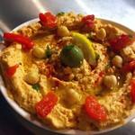 メツェ・ルナ - 赤パプリカのフムス:中東の伝統的なひよこ豆のディップ(フムス)にローストした赤パプリカでアクセントを付けました。