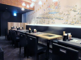 博多もつ鍋おおやま 福岡空港 - 客席にはIHを使ったテーブルが並べられ火を使わずに気軽に鍋を楽しめるような造りになってました。