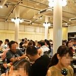 俺のフレンチ・イタリアン 松竹芸能 角座広場 - お店を入ってすぐが通常席(立ち飲み用テーブルにハイチェアをつけてある)