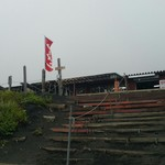 72701095 - 背景の富士山は霧の中