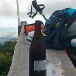 72701106 - まずはリュックを下して、ぐぃっとビール