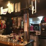 らーめん ふじもと - 店内 夜はお好み焼きもされるそうで中央に鉄板があります(*^▽^*)