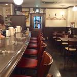 渡邊カリー - 店内風景。落ち着いたデザイン。カウンターの微妙なカーブがいい感じ。