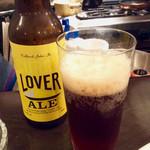 渡邊カリー - CURRY LOVER ALEをグラスに注いだところ。甘みのあるビールは、確かにスパイシーなカレーに合うと思う。