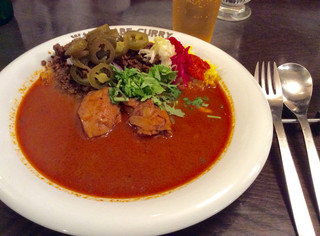 渡邊カリー 梅田本店 - フォークとスプーンしかなく、チキンは食べづらいかな、と思っていたが、肉はかなり柔らかくスムーズにいただけた。