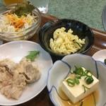 72705178 - なんと小鉢が4品も、豚冷しゃぶ・冷奴・マカロニサラダ・野菜サラダ(2017.9.7)