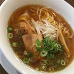 市川商店 - 焦がし醤油が効いた鶏ガラと鰹節ベースのスープ。トッピングは厚切りチャーシュー、ワンタン、メンマ、モヤシ、ネギです(*^▽^*)