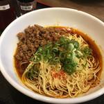 市川商店 - 汁なし担々麺 には激辛ラー油と山椒が一緒についてきます〜(*^▽^*)❤️