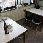 玉子焼田村 - 4人掛け丸椅子のテーブル2卓と、小さなカウンター席があります(2017.9.7)