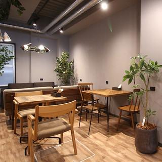 家具ショールームとカフェ