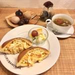 72718756 - ホットケーキたまごサンド                       本日のスープ(野菜とベーコン)                       セット 860円(税込)