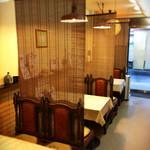 いっぷく茶屋 亀丹 - 各テーブル席間はすだれで仕切られている