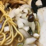 永斗麺 - 卓上の刻みタマネギにマー油