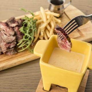 オーロラビーフのステーキをーズにディップする新メニューが登場