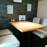浅野屋 - 2階にはこんなテーブル席が
