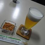 橋本屋 - 生ビール、アテは柿ピー