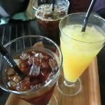 グッドビュー東京 - アイスコーヒーとオレンジ