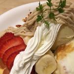 カフェ アクイーユ - バニラアイスの上のモンブラン&イチゴ&バナナのアップ