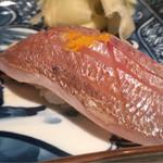 大益 - 春子。塩で脱水し、黄柚子で。しっとりと身は締まり包丁により皮も気にならない。ただ春子故旨味は強くない。ふにゅりと酢飯に混ざり込む。黄柚子の風味も強く少し過剰気味。