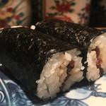 大益 - 干瓢巻き。海苔はしっとり。甘みと醤油共に強く古典的。ザクッとした食感で歯応えを感じさせる仕事。濃厚なため山葵がぴったりだ。