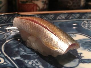 大益 - 小肌。当日の酢締め。ぷにっとして青魚の鮮度の良い脂と瑞々しさ、尖がない酸が広がる。ほぼ生に近いテクスチャで粒子の細かい脂も感じてこれも美味しい。これは出してもらったので温度冷たいがそれも良い感じ。