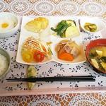 ヴィラビーアンドビーホテル - 料理写真:朝食・和食(小料理、ご飯、味噌汁、大根おろしの玉子かけ)