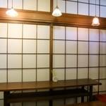 ルスルス - 内観・レトロな照明シェードはどれも違う形でオシャレ☆