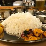 umitoyama - インディアンノンベジターリー ・北インド風チキンカリー ・南インド風フィッシュカリー ・ムング豆のスープ ・じゃがいもとカリフラワーのサブジ ・タコとズッキーニのアチャール ・ライタ ・ライス