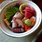 """さざん亭 - 料理写真:海鮮丼リニューアルしたらしいが前の方が良かった...茶碗蒸しとかもなくなって残念(""""'._.)"""