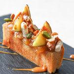 ラ・カロッツァ - フィナンシェをキャラメルソースで 無花果とナッツで秋の装い