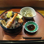 銀寿司 - ちらし(900円) ※ご飯大盛り(無料)&この他に味噌汁が付きます