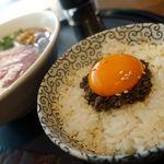 鉄板焼き 貴真 - 特製ダレの醤油ラーメン 980円 + トリュフ卵かけご飯セット 420円
