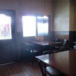 みきグリル - 見えないがカウンターとテーブル席(逆光、すみませぬ)