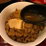 金太郎 - 残りの具材を入れて自家製の牛すき焼き丼を作り