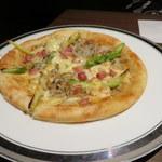 いづものSAKABA - アスパラベーコンのピザ
