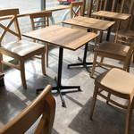 ミスタードーナツ - 店内 (テーブル席)