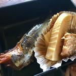 72777145 - これも冷たい「いわしの煮付け」と「筍の煮物」(ㅎ.ㅎ)