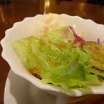 72783598 - ◆サラダ・・レタスだけでなく「ポテトサラダ」が付くのはいいですね。