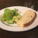 72784535 - サラダとパン
