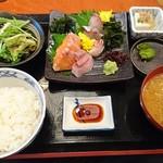 海鮮個室居酒屋 とらや - 刺身定食(890円)※ご飯、みそ汁お替り自由、サラダ、ドリンクバー付き