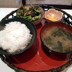 豚菜キッチン 絆 - ご飯とお味噌汁、サラダ、香の物は籠に入って登場