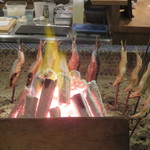 夜ノ焼魚 ちょーちょむすび - 鮎を焼いてるところ