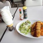 マルカンビル大食堂 - 名物ソフトクリーム180円とナポリカツ780円