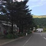 ペンション もみの木 - 名前のもみの木が、お店の前に立っています。